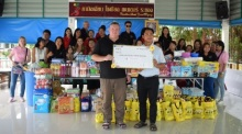 Geld und Sachspenden im Wert von 100.000 Baht überreichte das Team und Freunde der Sprachschule Easy ABC in Pattaya dem Camillian Social Center in Rayong, das HIV-infizierte Kinder betreut. Fotos: Easy ABC