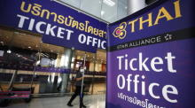Ticket-Büro von Thai Airways am Suvarnabhumi Airport in Bangkok. Foto: epa/Narong Sangnak
