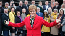 Die SNP-Vorsitzende Nicola Sturgeon stellt sich mit den neu gewählten Abgeordneten der Scottish National Party SNP zu einem Gruppenfoto vor dem V&A Museum in Dundee auf. Foto: epa/Robert Perry
