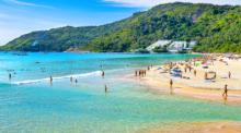 Badetouristen auf Phuket in Vor-Corona-Zeiten. Foto: Tourism Authority Of Thailand