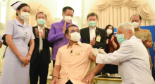 Foto: PM Prayut receives the first vaccine - Facebook/ไทยคู่ฟ้า