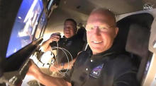 Die NASA-Astronauten Doug Hurley (Vordergrund) und Bob Behnken, an Bord des Raumschiffs SpaceX Crew Dragon auf der SpaceX Demo-2-Mission der NASA. Foto: epa/Nasa Tv