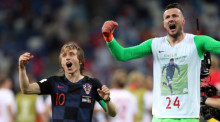 Luka Modric of Croatia (l.) and goalkeeper Danijel Subasic (r.). Foto: epa/54457953