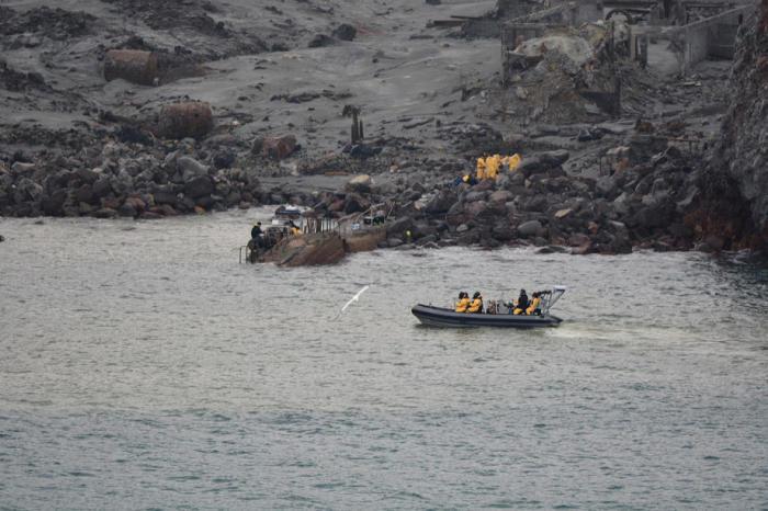 Taucher suchen weiter nach Vermissten bei Vulkaninsel ...