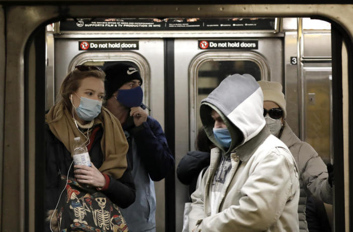 Leute tragen Gesichtsmasken an der Columbus Circle Subway Station in New York. Foto: epa/Peter Foley
