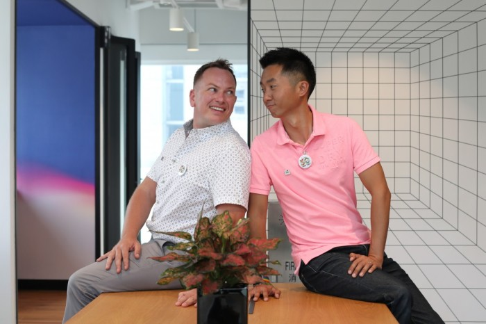 Senior Immigration Officer Angus Leung (rechts) und sein Ehemann Scott Adams. Foto: South China Morning Post/Xiaomei Chen