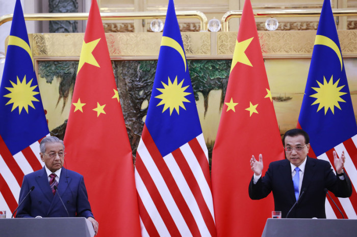 Chinas Premier Li Keqiang (r.) und der malaysische Premierminister Mahathir Mohamad (l.). Foto: epa/How Hwee Young