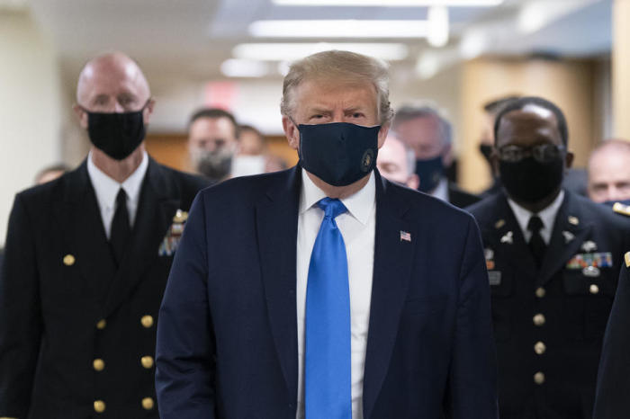 US-Präsident Donald J. Trump (C) trägt eine Gesichtsmaske, als er zu einem Besuch mit verwundeten Militärangehörigen und Coronavirus-Versorgern an der Front im Walter Reed National Military Medical Center in Bethesda, ... Foto: epa/Chris Kleponis