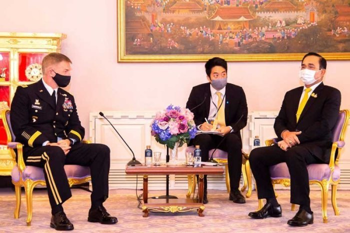 Generalstabschef der US-Armee, General James C. McConville, und der thailändische Premierminister Prayuth Chan-ocha. Foto: The Nation